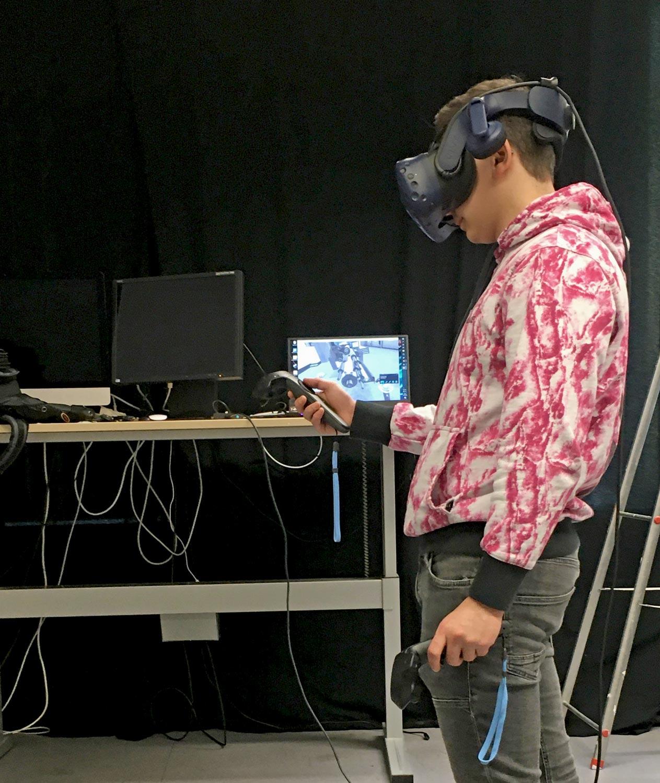 Auszubildender bei der praktischen Erprobung der virtuellen Realität