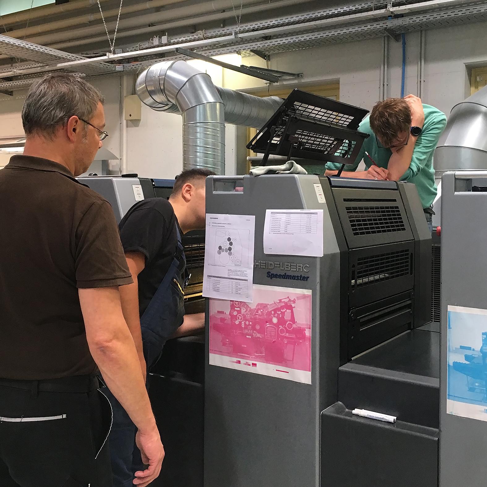 Der Ausbilder erklärt die Druckmaschine