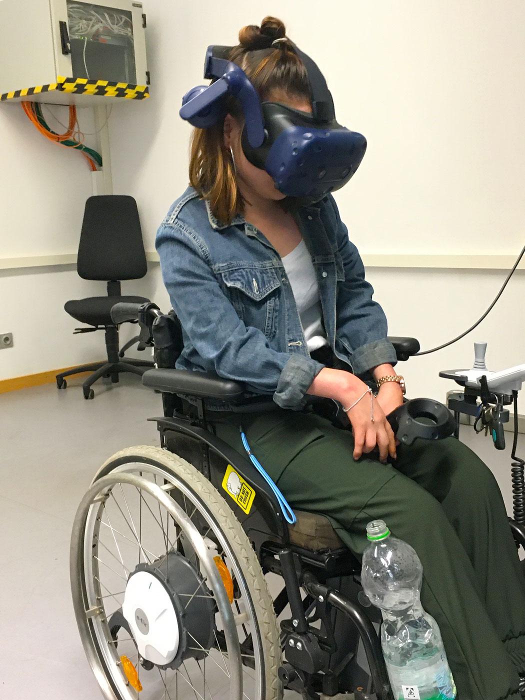 Auszubildende im Rollstuhl bei der Erprobung der SVL Module